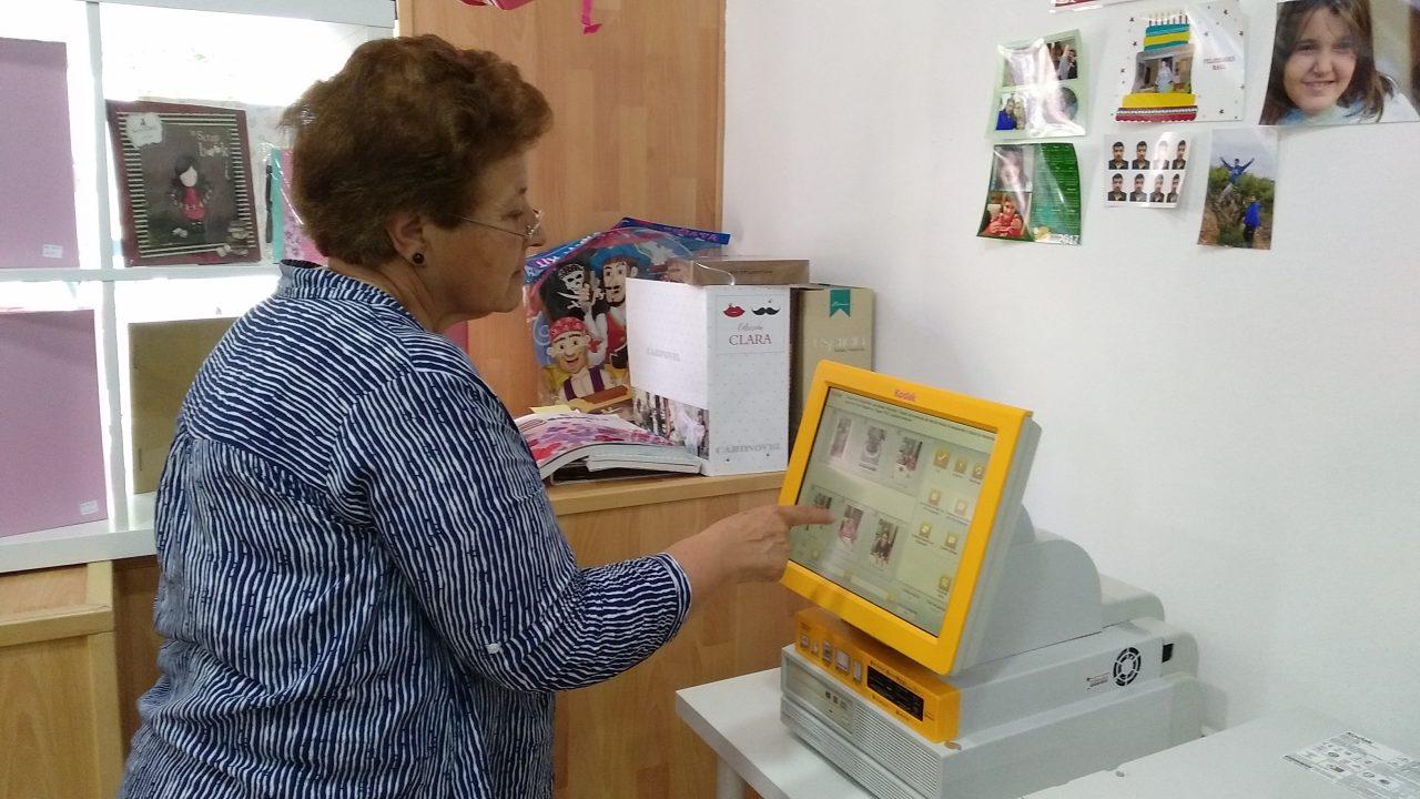 Kiosko de revelado digital en tienda HIPERoffice
