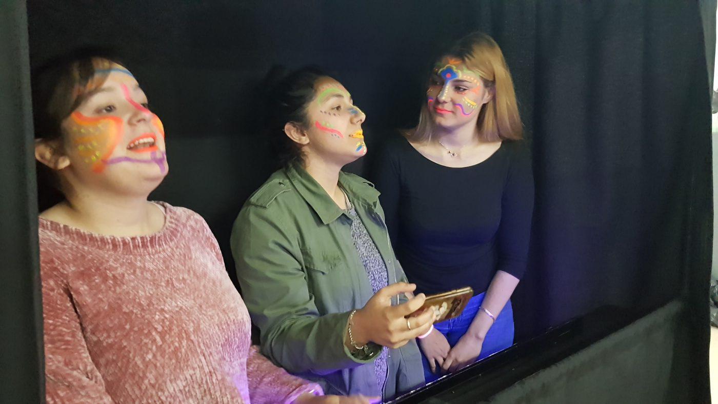 Maquillando con maquillaje ultravioleta de Alpino