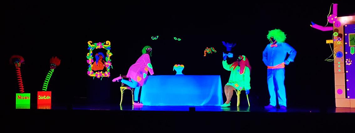 """Teatro de luz negra """"Fantasmatron"""" de Séptima fila Teatro"""